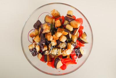 Прямо горячими вместе с маслом, в котором они жарились, перекладываем к овощам