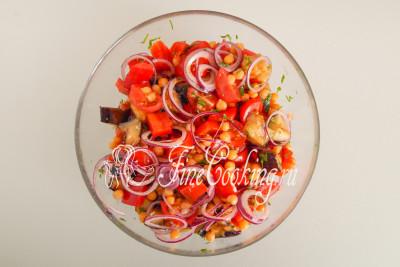 Аккуратно перемешиваем и можно сразу подавать, если любите теплые салаты