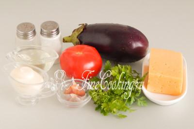 Для приготовления этого простого и вкусного салатика нам понадобятся следующие ингредиенты: баклажаны, помидоры, сыр, майонез, чеснок, петрушка, рафинированное растительное масло, соль и молотый черный перец