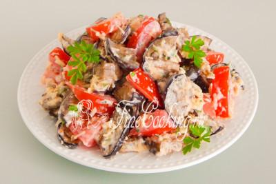 Жареные ломтики синеньких, сочные помидоры, нежный сыр и ароматный чесночок - идеальное сочетание для быстрого и сытного перекуса