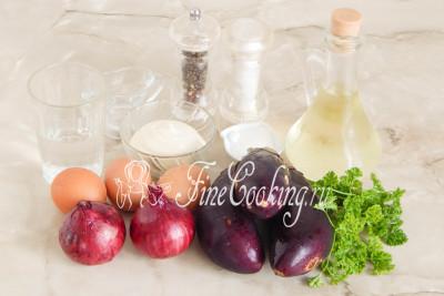 Для приготовления этого вкусного салата нам понадобятся следующие продукты: баклажаны, куриные яйца, репчатый лук, вода, сахар, соль, столовый 9% уксус, рафинированное растительное масло, майонез, петрушка и черный молотый перец