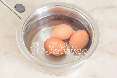 Сразу ставим вариться куриные яйца (у меня крупные - около 60 граммов каждое) вкрутую - 9-10 минут после закипания на среднем огне