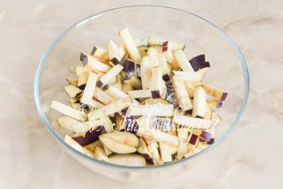 Складываем овощные брусочки в подходящую миску и посыпаем половиной чайной ложки соли