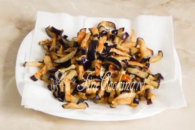 Готовые жареные баклажаны перекладываем на тарелку, застеленную салфетками, чтобы в них впиталось лишнее масло