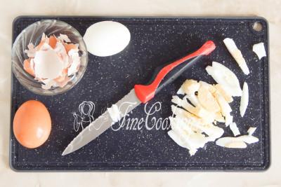 Когда куриные яйца будут готовы (а они уже были готовы, пока мы занимались луком и баклажанами), ставим их прямо в кастрюльке под холодную проточную воду минут на 5