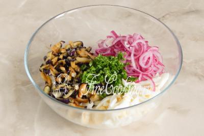 Собираем салат: в объемную миску кладем куриные яйца, успевшие остыть жареные баклажаны и маринованный лук, который следует хорошенько отжать (маринад больше не понадобится)