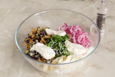 Перчим салат по вкусу и заправляем майонезом - на такое количество вполне хватит 3 столовых ложек
