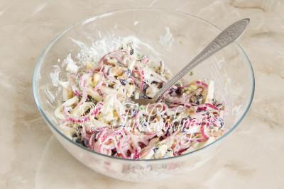 Перемешиваем - салат с баклажанами, яйцами и маринованным луком готов