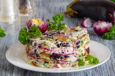 Ароматные ломтики жареного баклажана, сочный и хрустящий маринованный лук, нежные вареные яйца - идеальное сочетание доступных продуктов в одном салате