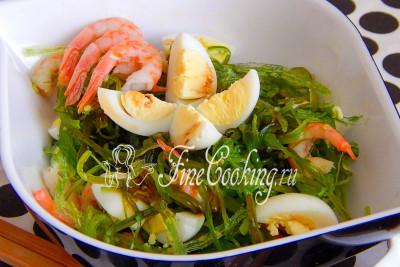 Заправим салат соевым соусом и бальзамическим уксусом - приятного аппетита, друзья