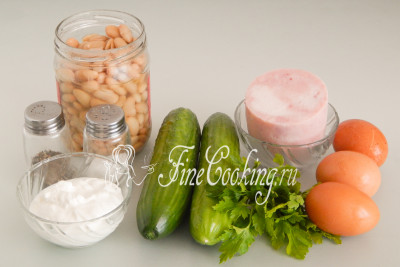 Для приготовления этого простого и вкусного домашнего салата нам понадобятся следующие ингредиенты: консервированная фасоль, свежие огурцы, ветчина, куриные яйца, ваша любимая зелень (у меня петрушка), сметана любой жирности (я взяла 20%), соль и черный молотый перец