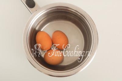 Сразу моем куриные яйца (3 штуки), кладем их в кастрюльку, заливаем холодной водой и ставим вариться вкрутую - 9-10 минут после закипания на среднем огне