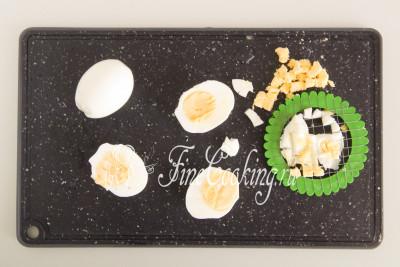 Когда сварятся куриные яйца, остужаем их и чистим