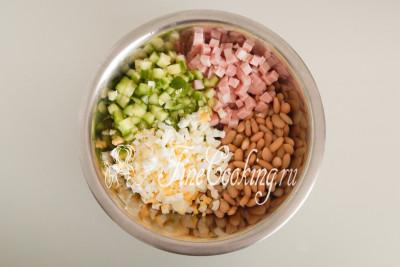 Перекладываем все ингредиенты к консервированной фасоли