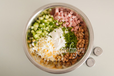 Заправляем сметаной (100 граммов), солим и перчим по вкусу