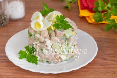 Сочные огурцы, ароматная ветчина и нежные куриные яйца гармонично сочетаются с бобовыми в этом простом салате