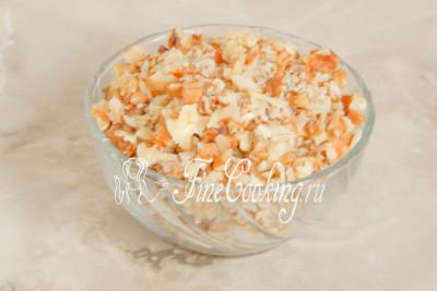 Очищенные грецкие орехи нужно порубить ножом или измельчить с помощью блендера