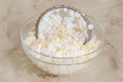 Куриные яйца готовы: остужаем их под холодной проточной водой прямо в кастрюльке
