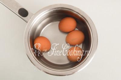 Сразу поставим вариться куриные яйца (4 штуки) вкрутую - 9-10 минут после закипания на среднем огне