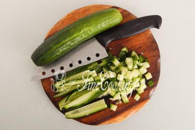 300 граммов (2 крупных плода) свежих огурцов тоже режем некрупным кубиком