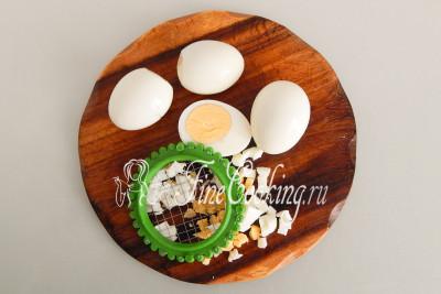 Вареные куриные яйца остужаем, чистим, после чего режем кубиком, только не очень мелко