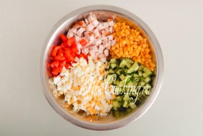 Перекладываем в объемную миску измельченные ингредиенты для будущего салата: копченую курицу, огурцы, сладкий перец, куриные яйца