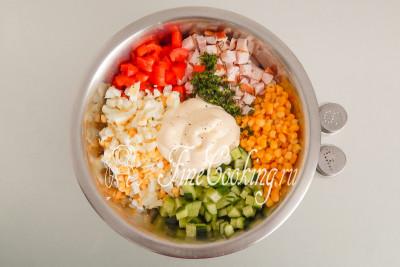 Заправляем почти готовый салат с копченой курицей майонезом
