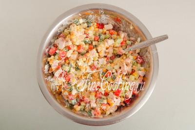 Перемешиваем салат и можно подавать