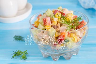 Такой салат с копченой курицей подойдет как для семейного обеда, так и праздничного стола