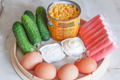 В рецепт этого [несложного салата](/recipe/salat-s-kalmarami-kukuruzoj-i-ogurcom) входят крабовые палочки, свежие огурцы, куриные яйца, консервированная кукуруза, а также сметана и майонез