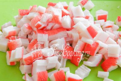Охлажденные крабовые палочки освобождаем от упаковки и нарезаем кубиками аналогичного размера