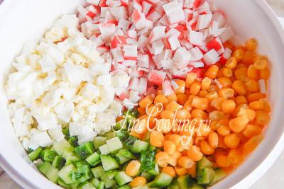 Перекладываем все ингредиенты в миску, добавляем консервированную кукурузу (предварительно сцедить жидкость)