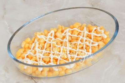 Шаг 5. Теперь можно собирать салат - он у нас получится слоеные, но можно и просто все перемешать
