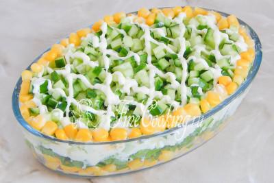 Шаг 9. При желании украшаем готовый салат майонезной сеточкой и кукурузой