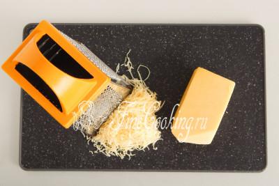 Любой твердый или полутвердый сыр (200 граммов), который вы больше любите, натираем на мелкой терке