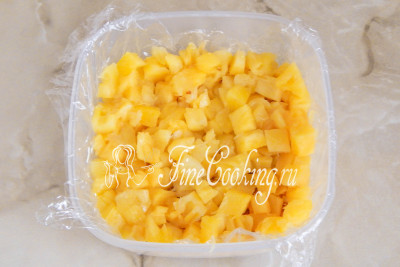 Следующий слой - кусочки консервированного ананаса