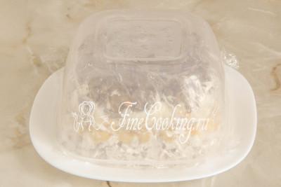 Накрываем миску с салатом плоской тарелкой и переворачиваем конструкцию