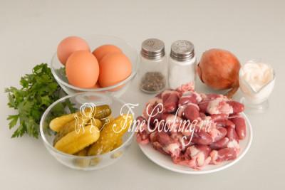 Для приготовления этого простого, вкусного и сытного салата нам понадобятся следующие ингредиенты: куриные сердечки, маринованные огурцы, куриные яйца, репчатый лук, свежая петрушка, майонез, соль и молотый черный перец