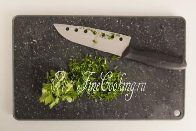 Небольшой пучок свежей петрушки как можно мельче рубим ножом