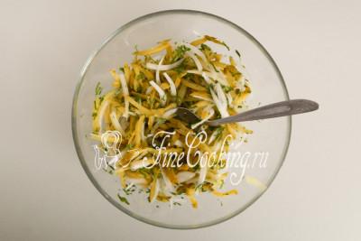 Перемешиваем и пока поставим в холодильник - пусть лук промаринуется и пропитается вкусом и ароматом огурцов с петрушкой