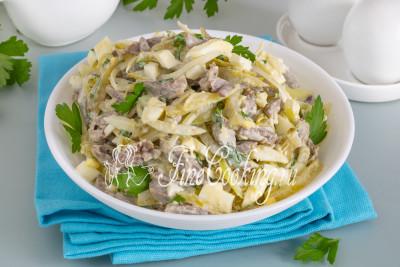 Вот так из простых и достаточно доступных продуктов вы тоже запросто сделаете этот вкусный и сытный салатик