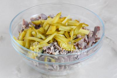 Шаг 7. Дальше режем соломкой консервированные огурцы, кладем в салатницу