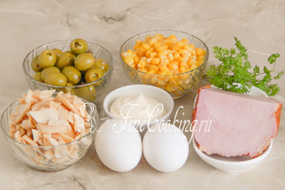В рецепт этого простого и вкусного салата входят такие ингредиенты, как ветчина (у меня варено-конченая свинина), консервированная кукуруза, консервированные шампиньоны