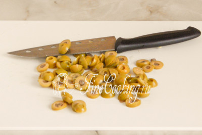 110 граммов оливок без косточек (одна баночка, емкостью 300 миллилитров) нарезаем кружочками