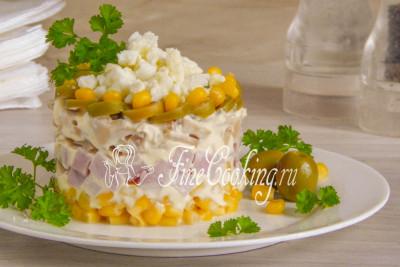 При желании вы можете подать салат с ветчиной, шампиньонами и кукурузой порцинно слоеным