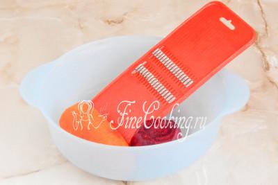 Теперь очищаем сырую морковь и свеклу