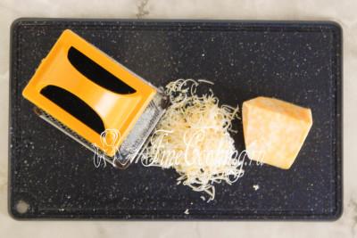Любой (а точнее ваш любимый) твердый или полутвердый сыр измельчаем на средней или крупной терке