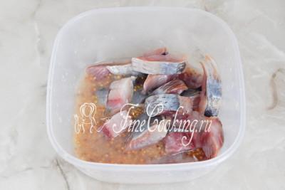 Кладем в горчичный соус кусочки соленой селедочки и все тщательно перемешиваем