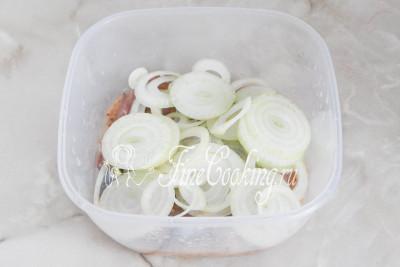 Чистим и режем достаточно тонкими колечками репчатый лук, кладем его к остальным ингредиентам