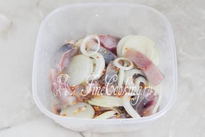 Перемешиваем все, закрываем миску крышкой и отправляем нашу рыбку обмениваться вкусами и ароматами в холодильник как минимум на пару часов